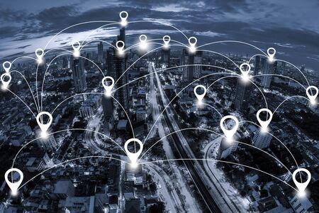 マップのピン フラット及びブルートーン夕暮れの背景に街並みバンコクのビジネス地区の航空写真ビュー上のネットワーク接続システム。