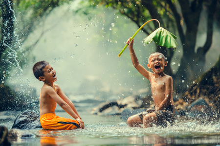 川で遊ぶ子供