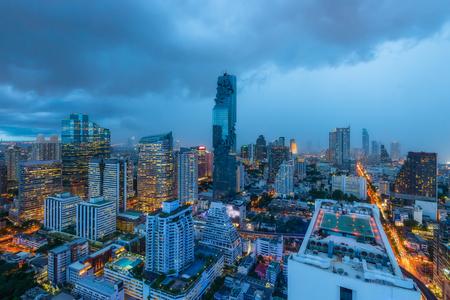 ダウンタウンでの夕暮れの空、バンコク、タイのバンコク市内でマンション バンコク近代的なオフィスビル群の空撮