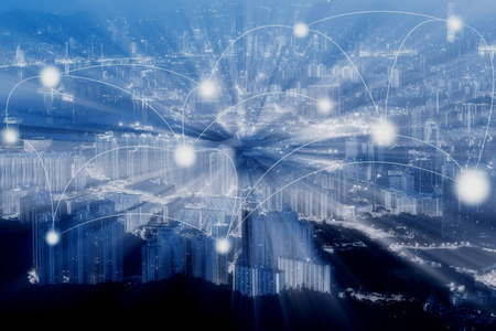 青のトーン香港の街並みと抽象的な科学や技術の概念のネットワーク