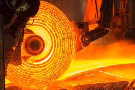 コンベア ベルト上に熱い金属のロール