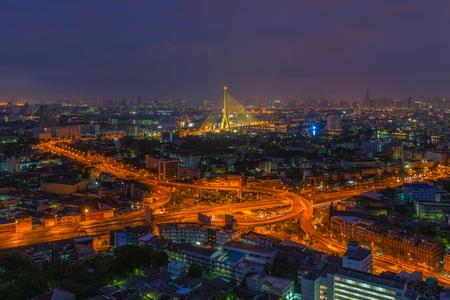 タイ、バンコクの夜の高速道路ジャンクションの航空写真 写真素材