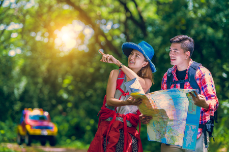 地図上右の方法を探して新しい冒険のためアジア カップルは、彼らを失い、方法と地図を観察することを見つけることを欠場、右の方法。