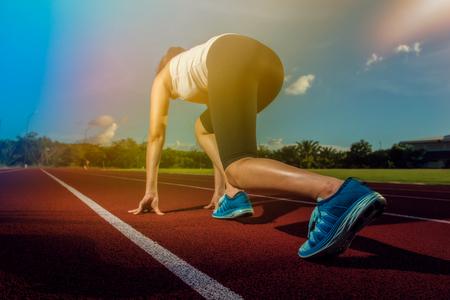 スタジアム トラックのスポーツ ランナー女性。フィットネスやワークアウト ウェルネスのコンセプト。 写真素材