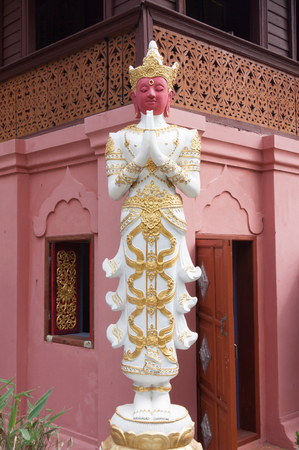 cabeza de buda: Buddha statue with plaster. Foto de archivo