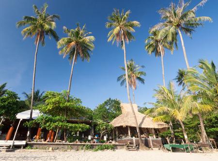 Playa con cocos y bar, destino de viaje por mar.