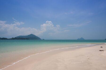Emerald mer avec plage de sable blanc à Ranong mer, Thaïlande