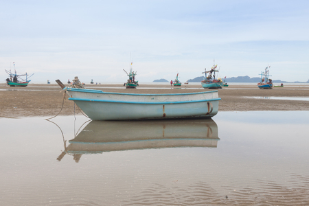 fibra de vidrio: Reflexión de barco de fibra en la playa de marea baja. Foto de archivo