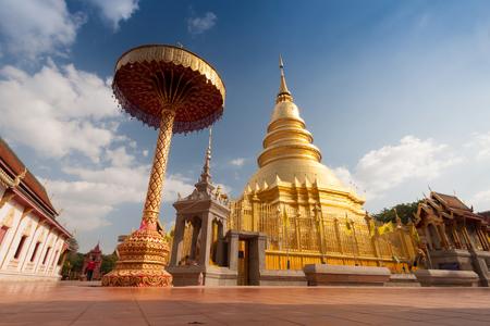 Wat Phra, das wichtiges religiöses reisendes Ziel Hariphunchai-Pagodentempels in Lumphun-Provinz nördlich von Thailand Standard-Bild - 83228215