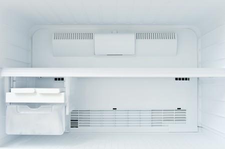 deep freeze: Un congelador vac�a de un refrigerador