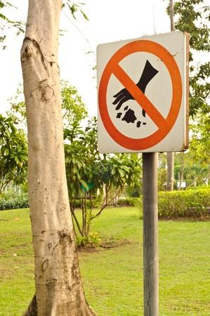botar basura: Ning�n signo littering en un jard�n Foto de archivo