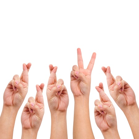 simbolo de la paz: Imagen conceptual, dedos cruzados y Victoria mano signo aislado en blanco con un espacio de copia