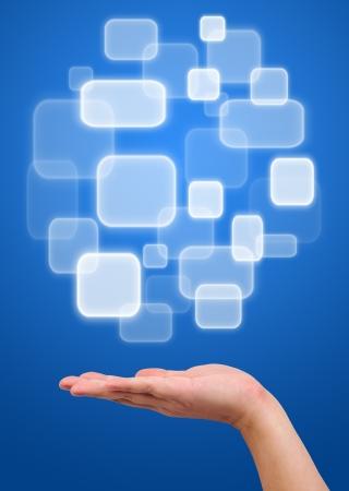 innovativ: Schaltfläche über eine Hand auf blauem Hintergrund