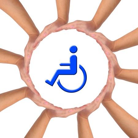 handicap: Immagine concettuale, aiuto e assistenza per la persona con handicap. Mani facendo un cerchio su sfondo bianco con icona blu sedia a rotelle in mezzo. Archivio Fotografico