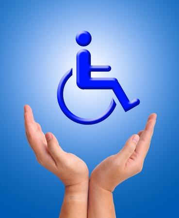 Immagine concettuale, cura per persona con handicap. Due mani e icona della sedia a rotelle su sfondo blu.