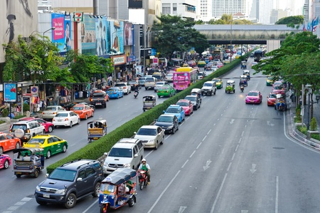 BANGKOK - NOVEMBER 12 : a lot of cars at an intersection next to siam square on November 12, 2011 in Bangkok.