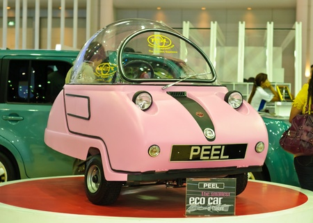 eco car: BANGKOK, THAILAND-DECEMBER 07: Peel, de kleinste eco auto van Thailand, te zien op Thailand International Motor Expo 2011 op December 07, 2011 in Bangkok, Thailand.