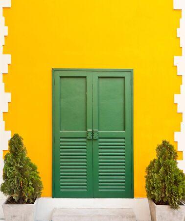 puerta verde: Casa amarilla hermoso y divertido con puerta verde