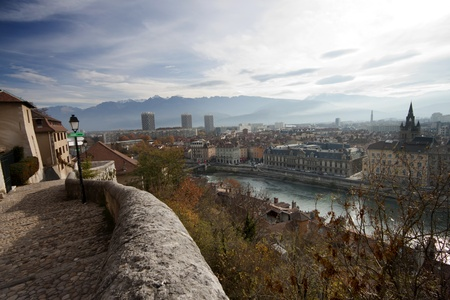Vista del r�o Is�re, en Grenoble, la ciudad de Francia, los Alpes photo