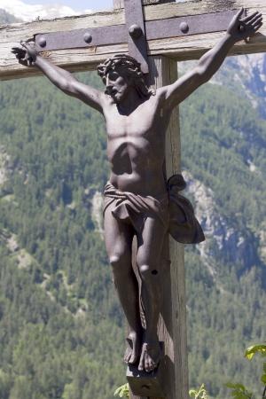kruzifix: Christus Jesus h�ngt an einem Holzkreuz, Grenoble, Frankreich