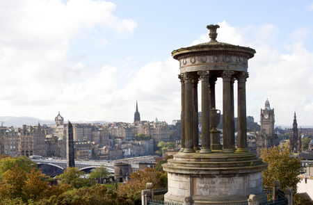 Paisaje de la ciudad de Edimburgo de la colina de Carlton, Ducald Stewart, Escocia. Foto de archivo - 76839848