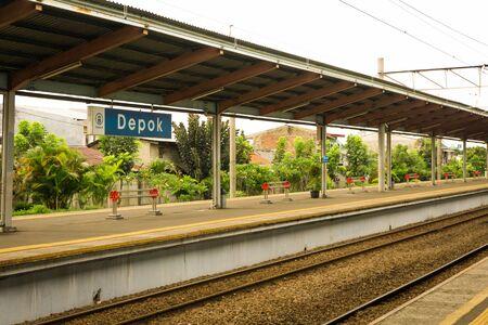peron i kolej w Depok Station z białego nieba jako tło i drzewa w pobliżu stacji fotografii podjęte w Depok Indonezji