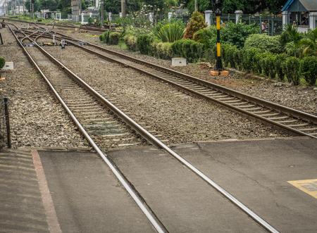 Przekraczanie linii kolejowej z krzakami wokół zdjęcia zrobionego w Depok Indonezji Zdjęcie Seryjne