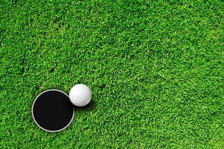 casi: Pelota de golf en el borde del agujero  Foto de archivo