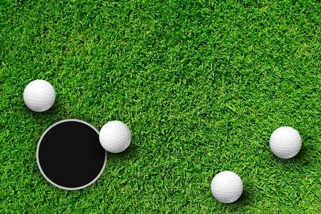 Golfball am Rand des Loch  Standard-Bild - 9840608
