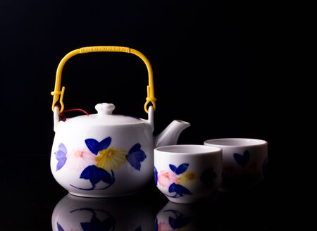 chinese tea pot: tetera china sobre negro