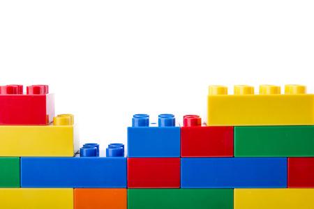 Plastic bouwstenen op een witte achtergrond