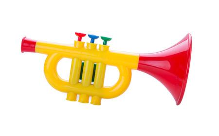 trompeta: Trompeta de juguete para los niños aislados en fondo blanco