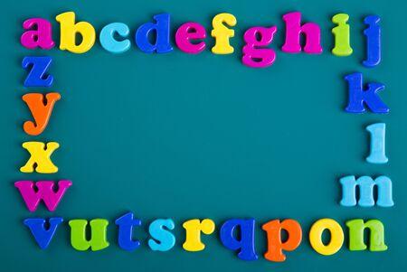 緑の背景にカラフルなアルファベット磁石のフレーム 写真素材 - 37347707