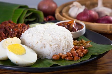 nasi lemak, een traditioneel Maleis curry pasta rijst gerecht geserveerd op een bananenblad Stockfoto
