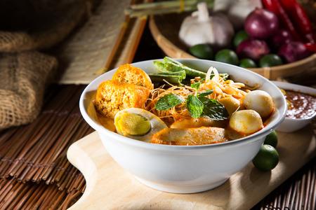 카레 락 사 (Curry Laksa)는 말레이시아의 전통 문화로 유명한 매운 누들 스프입니다.