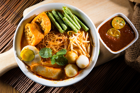 カレーはラクサ マレーシアの文化から人気のある伝統的なスパイシーな麺であります。 写真素材