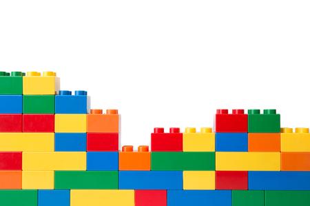 흰 배경에 고립 된 플라스틱 빌딩 블록