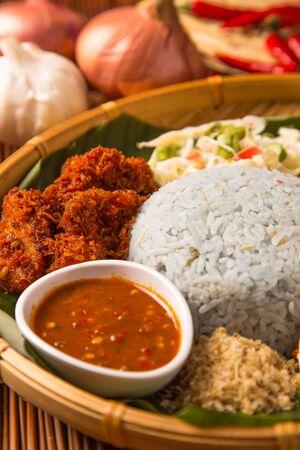一种受欢迎的马来西亚米饭。稻的蓝色,由蝴蝶豌豆花的花瓣形成。传统马来西亚美食,亚洲美食。