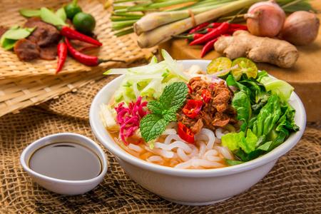 アッサム ラクサ (ピリッと魚の肉汁にゆらり) は特別なマレーシア料理人気ペナンで