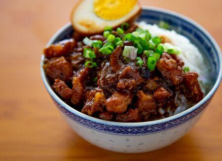 braised pork rice on wooden background Banque d'images