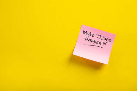 sticky note with make things happen word on yellow background 免版税图像