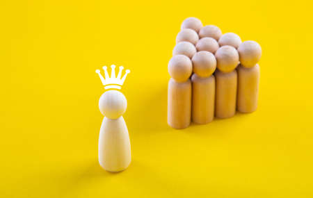 Leader standing out from the crowd. Concept of working is organization with corporation 免版税图像