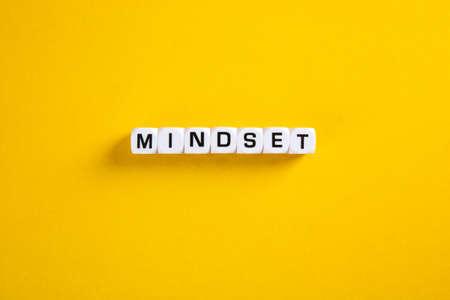 Block with Mindset word on yellow background 免版税图像