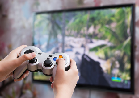 コント ローラーとビデオ ゲームをプレイ 写真素材