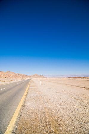 route desert: Route dans le d�sert qui s'�tend � distance