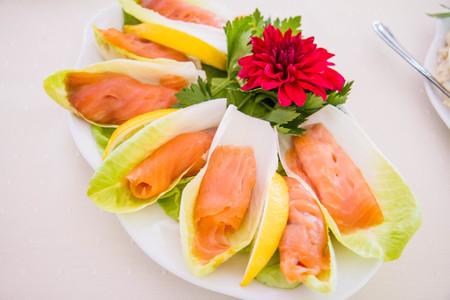 Salmon starter served on a cabbage leaf Stockfoto