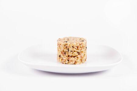 Risotto aux champignons de Paris et bacon sur une assiette sur fond blanc