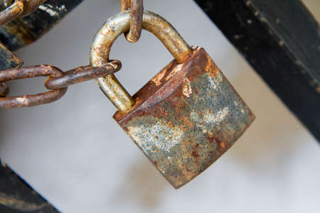 A gate closed with a padlock - focus on the padlock Banque d'images