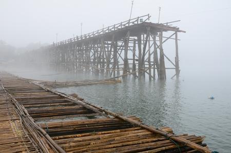 Gebroken brug in de mist