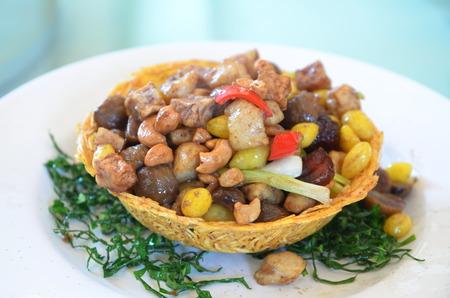 Gebakken geassorteerde Chinese noten geserveerd in taro mand